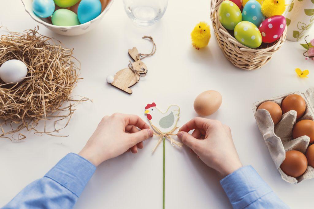 Osterevent-Ideen: Richte ein Bastelnachmittag für speziell für Kinder ein.
