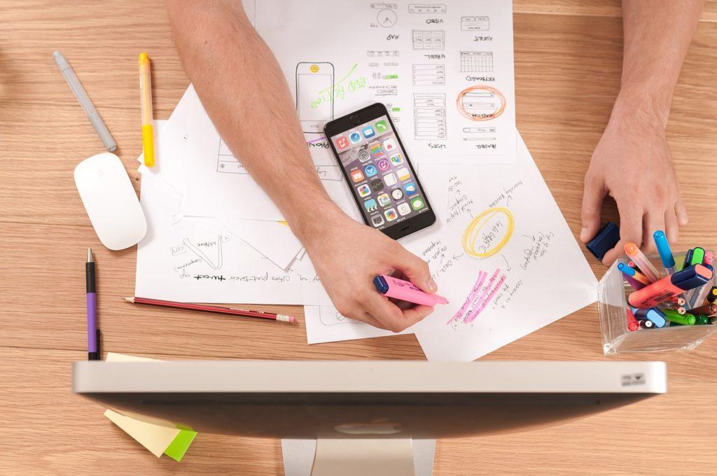So erstellst Du ein Eventprogramm: Stelle einen Designer ein oder erstelle eine eigene Vorlage.