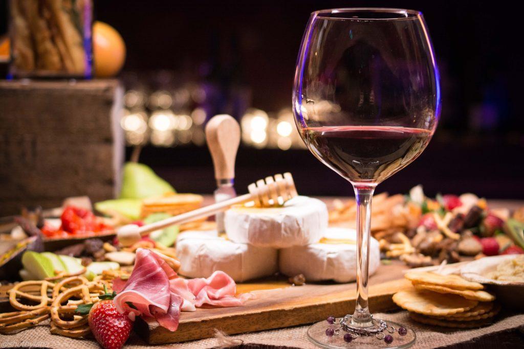 Ein Event zur Weinverkostung: Vergesse dabei nicht, einen Gaumenreiniger parat zu haben.