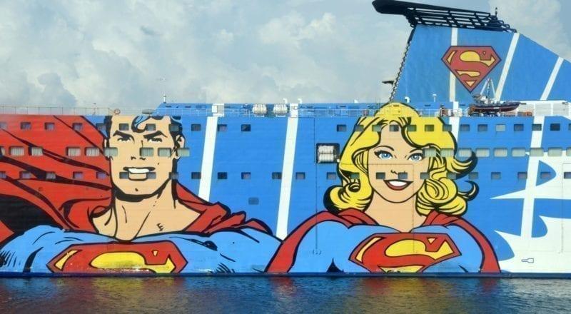 Eine Comic-Werbung auf der Seite eines Kreuzfahrtschiffes.