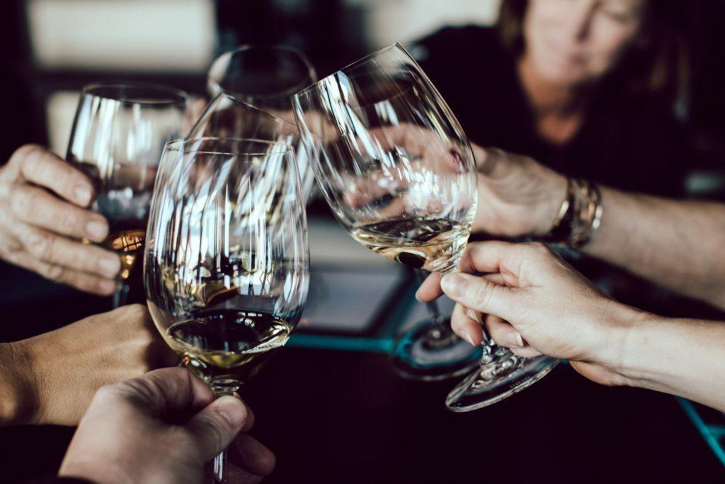 Ein Event zur Weinverkostung: Lade ca. 8-12 Teilnehmer ein.