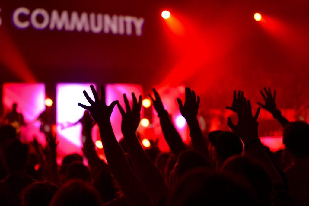 Ideen für die Neueröffnung: Nutze die Neueröffnung, um aktiv Beziehungen zur örtlichen Gemeinde aufzubauen.