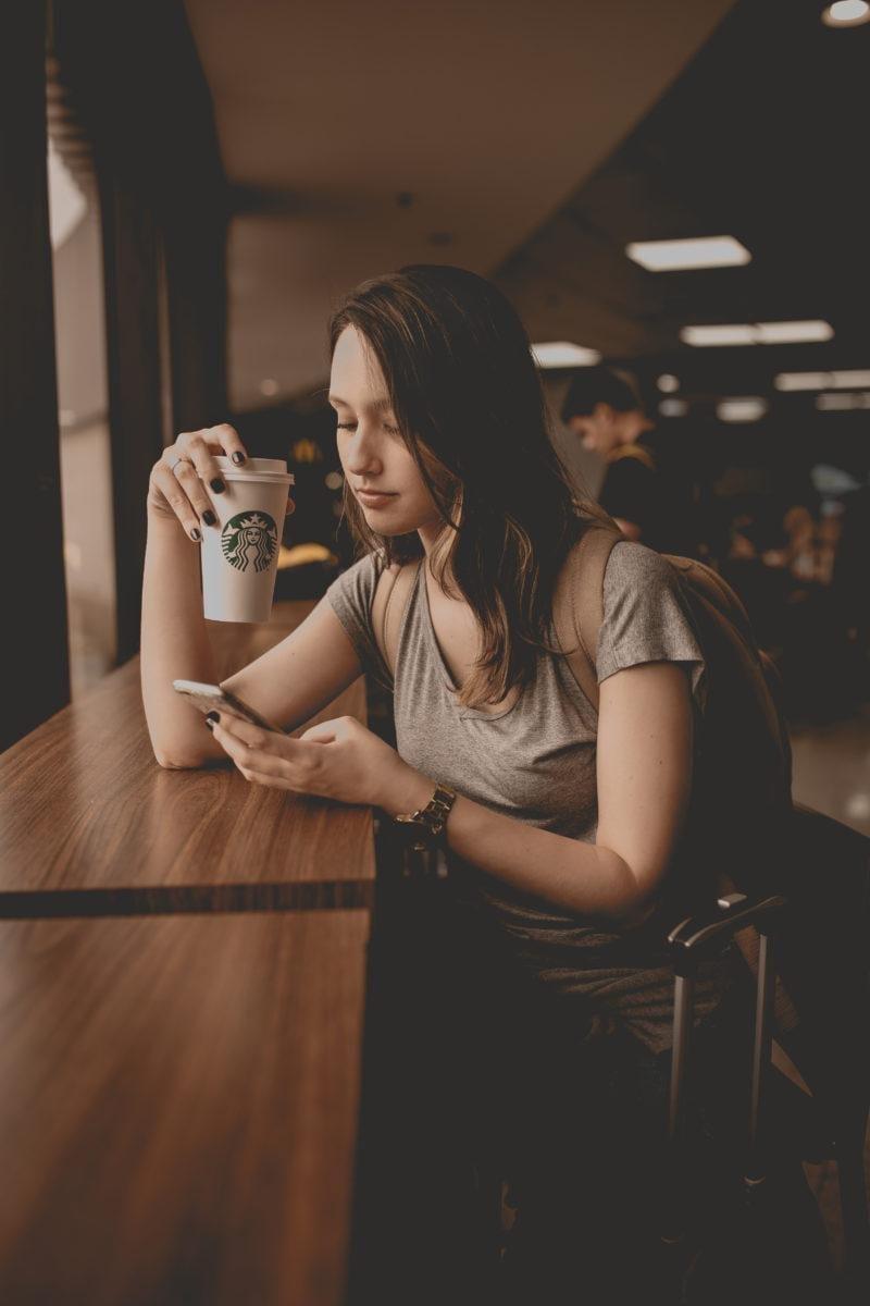 Eine Frau meldet sich einer E-Mail-Liste per SMS an